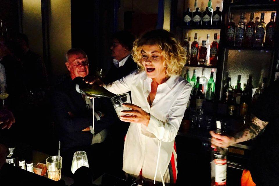 Eva Grimaldi, Bar Lady per una notte al compleanno di Barbara D'Urso